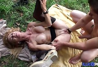 Bonne cougar blonde et bien full-grown baisée dans un champ [full video]